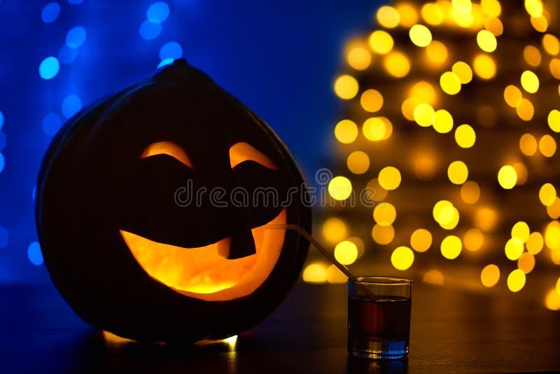 Calabaza con un diente adornado para el jugo de consumición del partido de Halloween foto de archivo libre de regalías