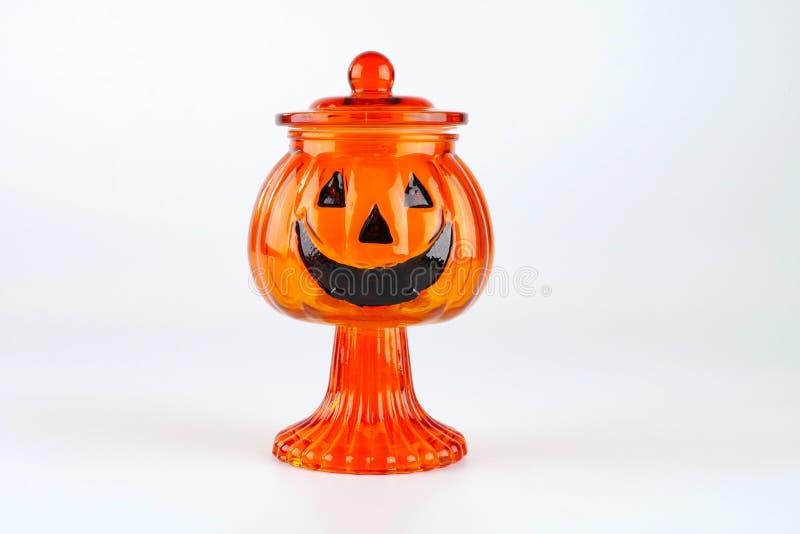Calabaza de cristal del florero para la decoración de Halloween aislada en el fondo blanco fotos de archivo