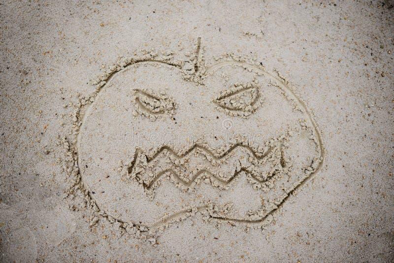 Calabaza de Halloween dibujada en la arena fotos de archivo