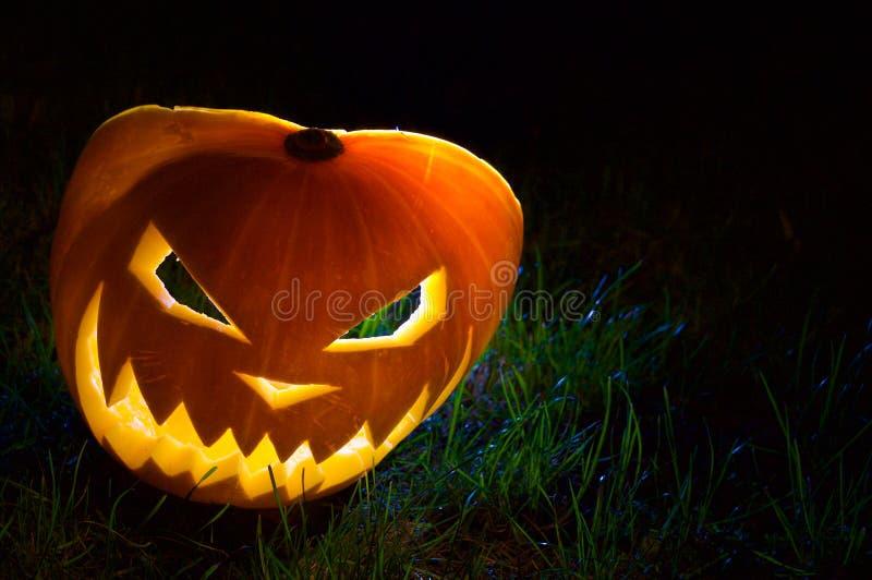 Calabaza de Halloween en la foto de la noche imagen de archivo