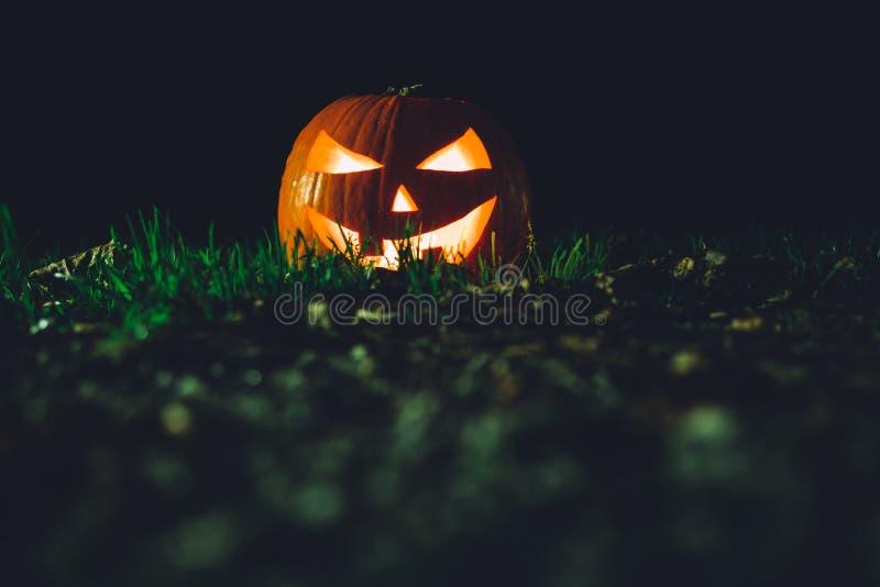 Calabaza de Halloween en la noche fotos de archivo