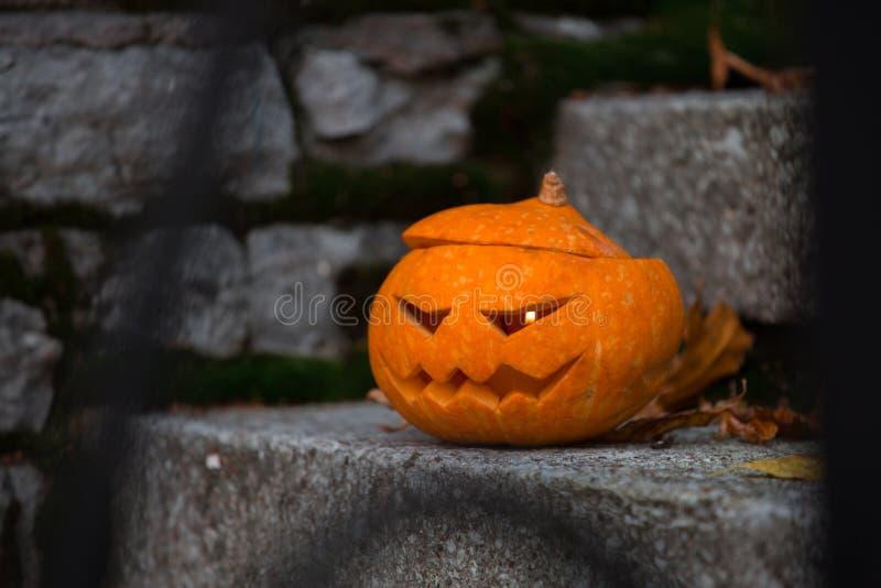 Calabaza de Halloween en pasos de las escaleras fotografía de archivo