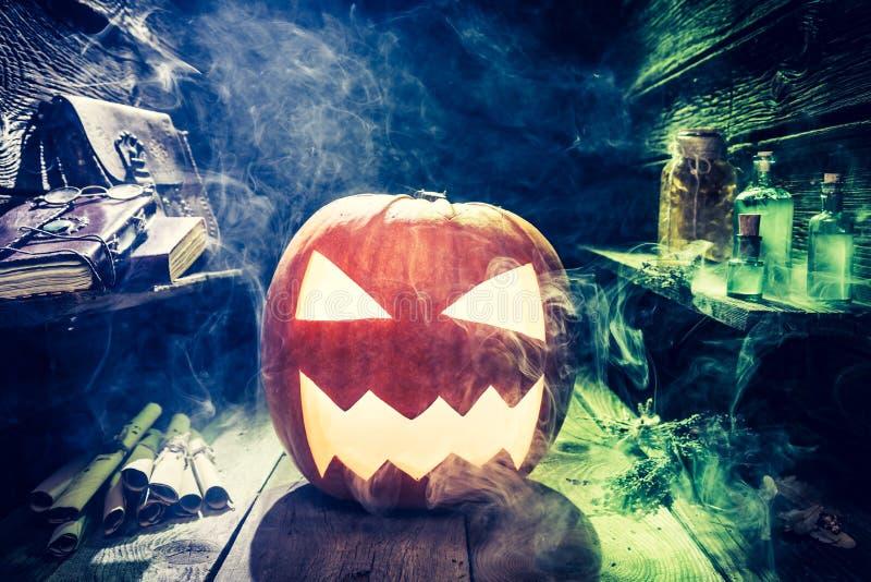 Calabaza de Halloween que fuma con humo azul y verde ilustración del vector