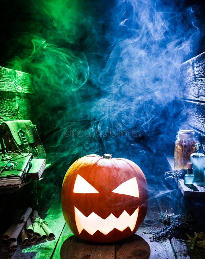 Calabaza de Halloween que fuma en el witcher labolatory con el espacio de la copia fotografía de archivo