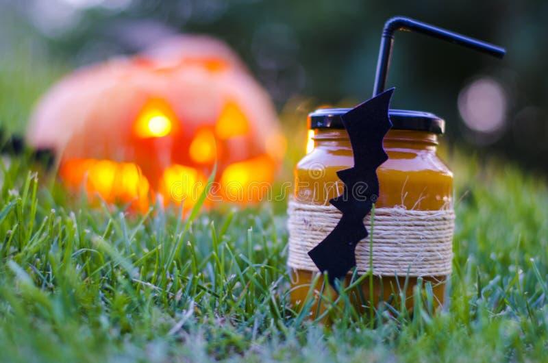 Calabaza de Juice Halloween de la calabaza en la hierba en la noche fotografía de archivo libre de regalías