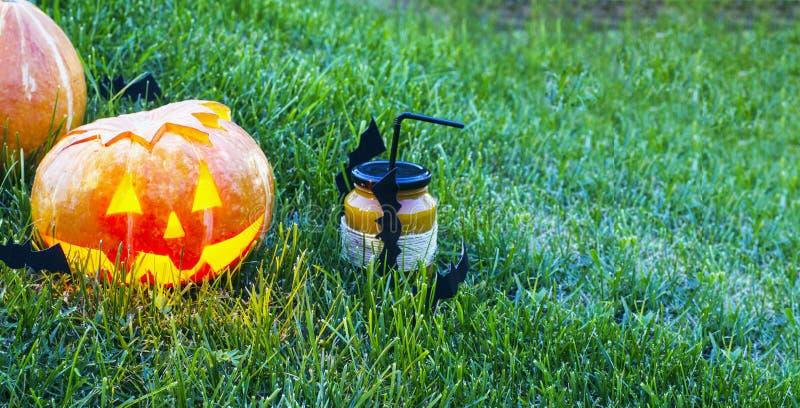 Calabaza de Juice Halloween de la calabaza en la hierba en la noche fotos de archivo