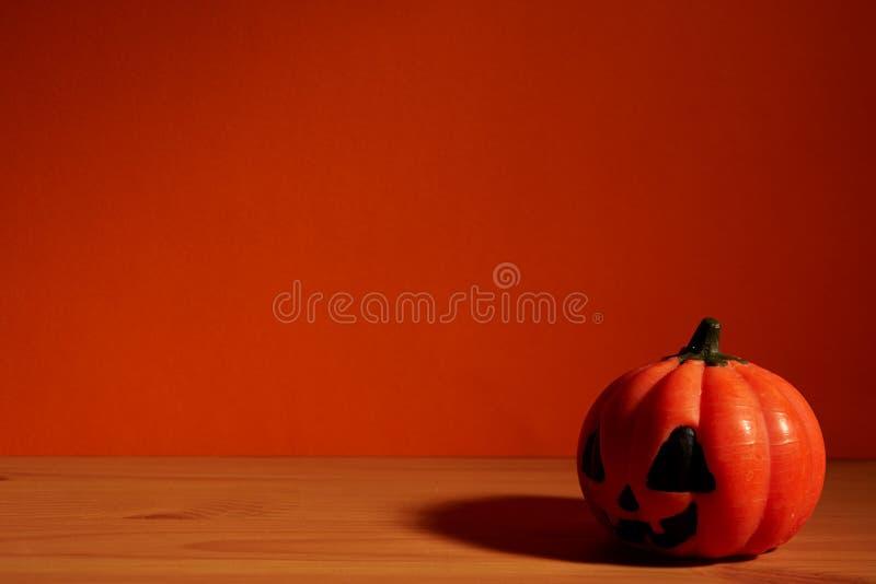 Calabaza del concepto del día de fiesta de Halloween en la tabla de madera fotos de archivo libres de regalías