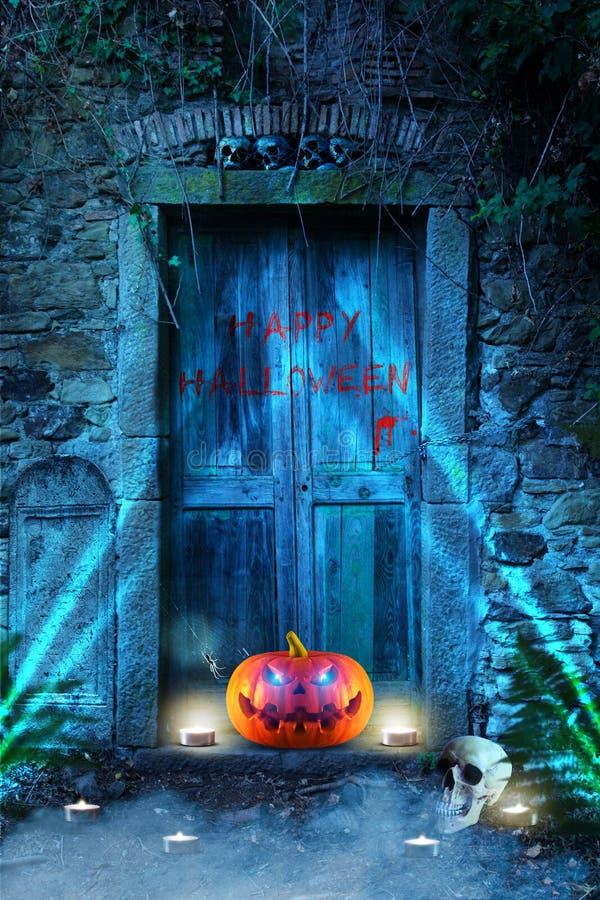 Calabaza fantasmagórica divertida de Halloween con la araña, los cráneos y las velas delante de un cementerio imágenes de archivo libres de regalías