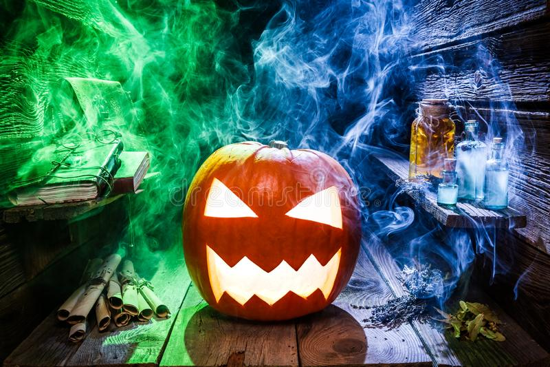 Calabaza fantasmagórica y que brilla intensamente con la niebla para el partido de Halloween fotos de archivo libres de regalías