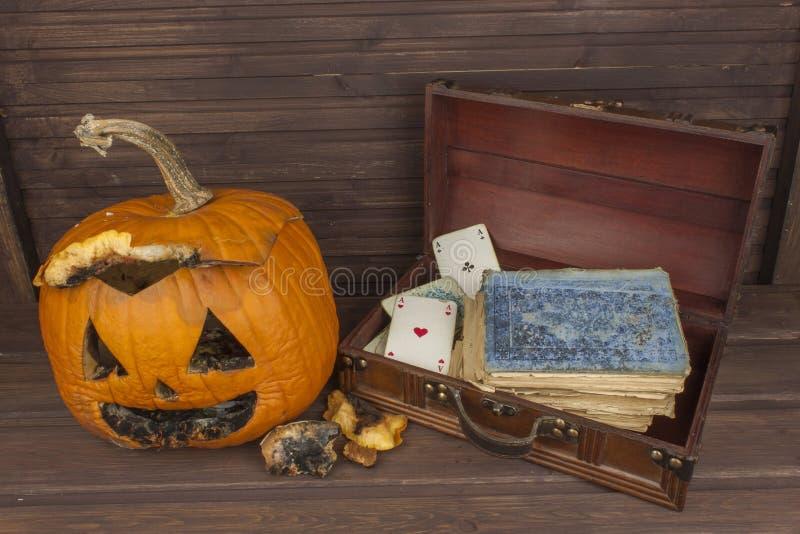 Calabaza mohosa vieja Recordar la celebración de Halloween Putrefacción en la calabaza Decoración asustadiza del jardín de Hallow fotografía de archivo