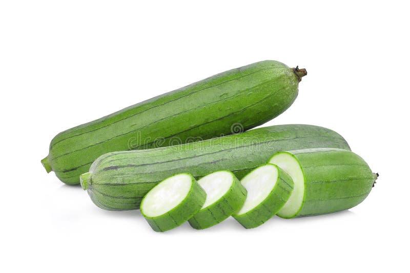 Calabaza o lufa verde fresca de esponja con la rebanada aislada en blanco foto de archivo