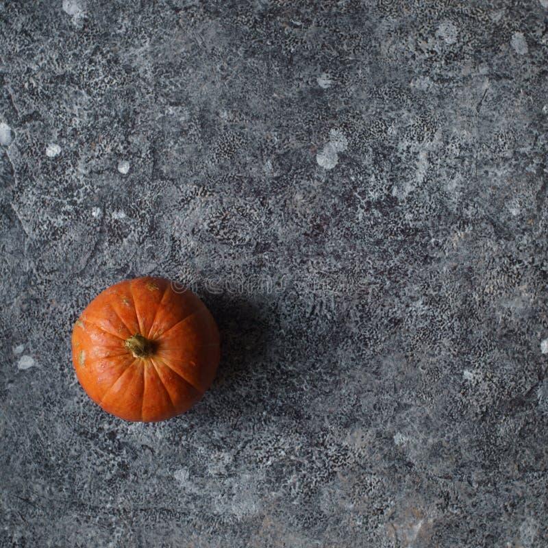 Calabaza orgánica fresca en rebanadas en la tabla de piedra oscura Cosecha del otoño, forma de vida sana, verduras crudas, visión fotos de archivo libres de regalías