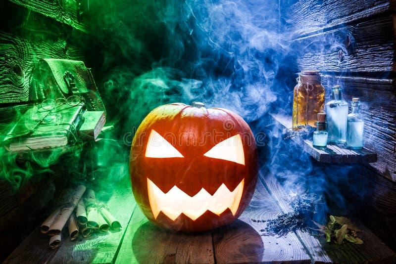 Calabaza que brilla intensamente para Halloween en cabaña del witcher imagen de archivo libre de regalías