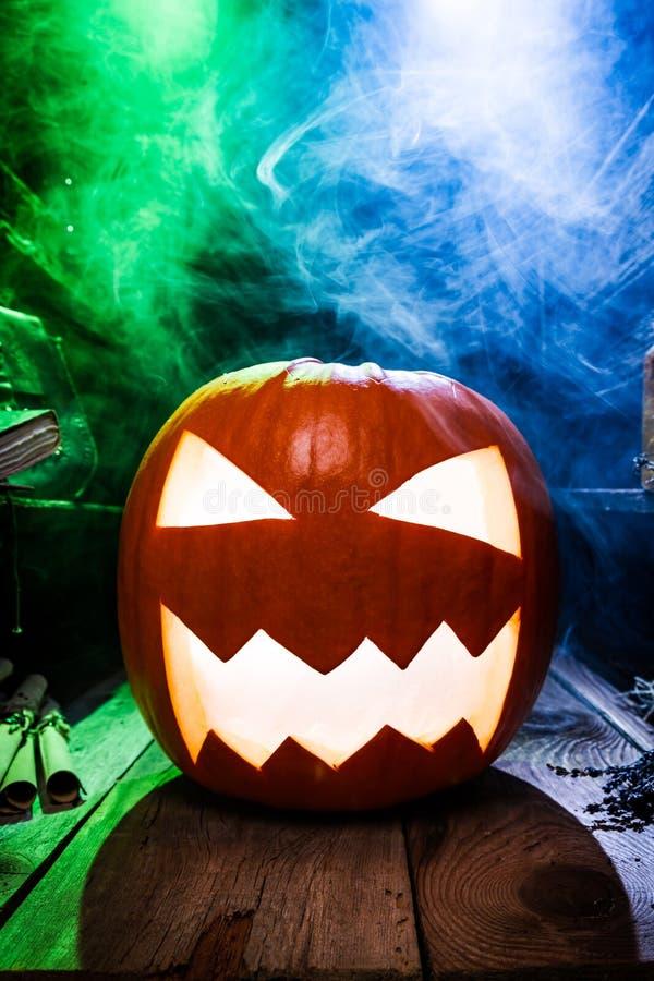 Calabaza que fuma para Halloween con el espacio de la copia imagen de archivo