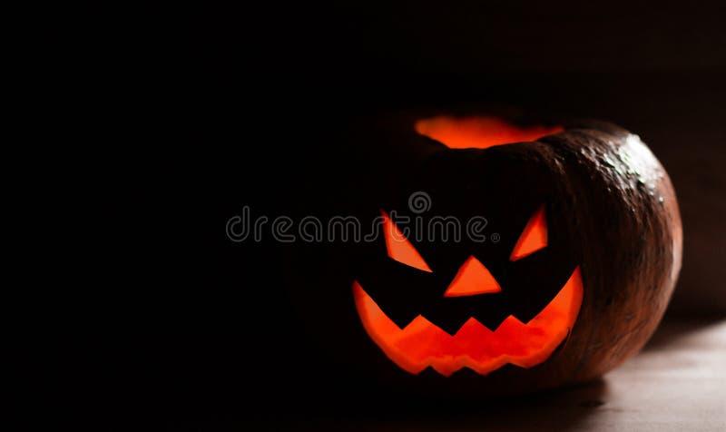 Calabaza sonriente espeluznante para Halloween en fondo negro imágenes de archivo libres de regalías
