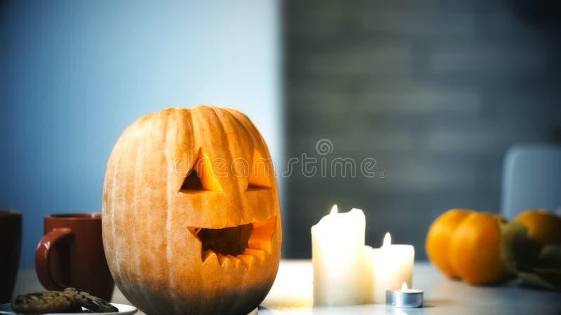 Calabaza tallada espeluznante de Halloween que sonríe con las velas flameadas en la tabla, tradiciones fotografía de archivo libre de regalías