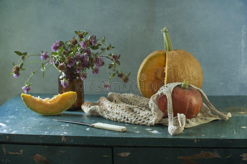 Calabaza y flores fotografía de archivo