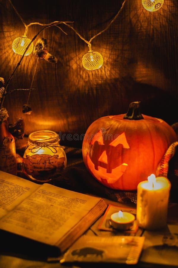Calabaza y velas asustadizas de la cara de Halloween fotografía de archivo libre de regalías