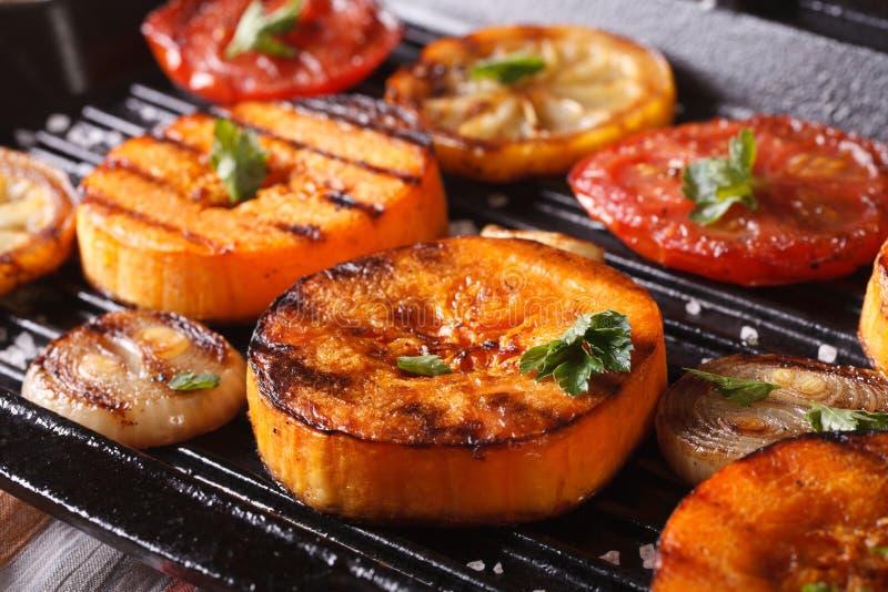 Calabaza y verduras asadas a la parrilla en la cacerola de la parrilla macro horizontal imagen de archivo