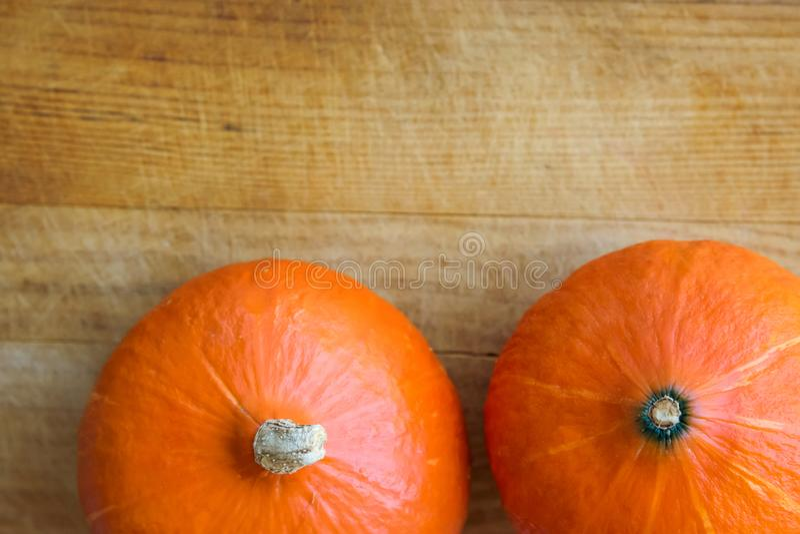 Calabazas anaranjadas brillantes maduras de Hokkaido en fondo de madera envejecido Copie el espacio para el texto Cosecha Autumn  foto de archivo