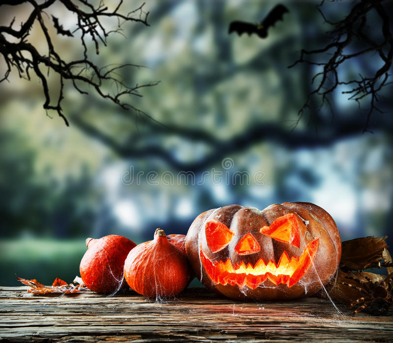 Calabazas asustadizas de Halloween con el fondo del horror fotografía de archivo