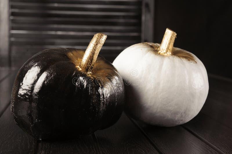Calabazas blancos y negros Decoración casera para Halloween en el estilo moderno fotos de archivo