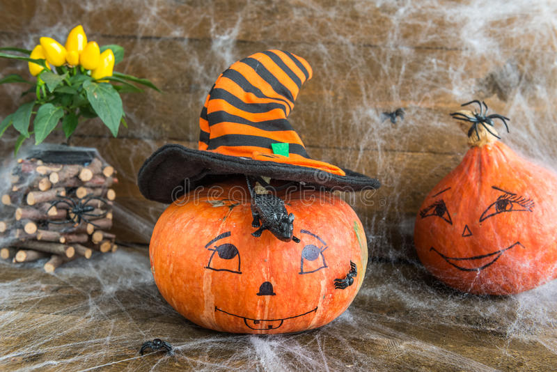 Calabazas de Halloween, arañas, web de araña y rata imágenes de archivo libres de regalías