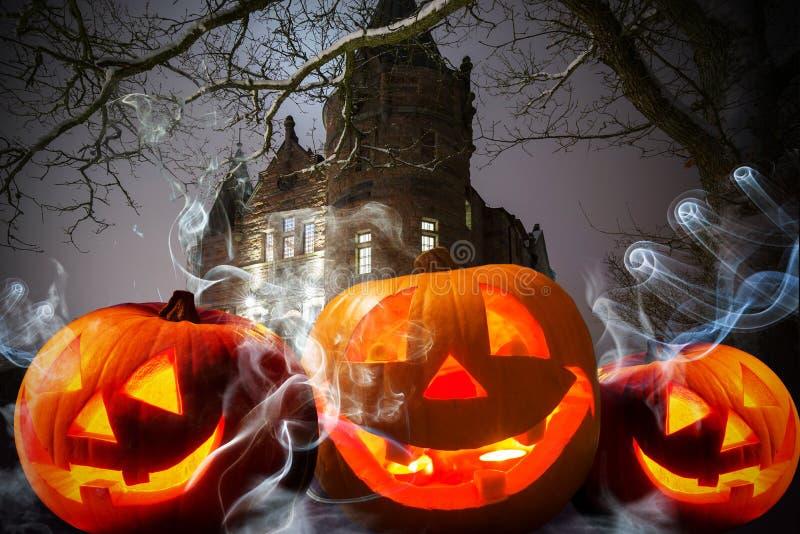 Calabazas de Halloween en el castillo oscuro imagen de archivo