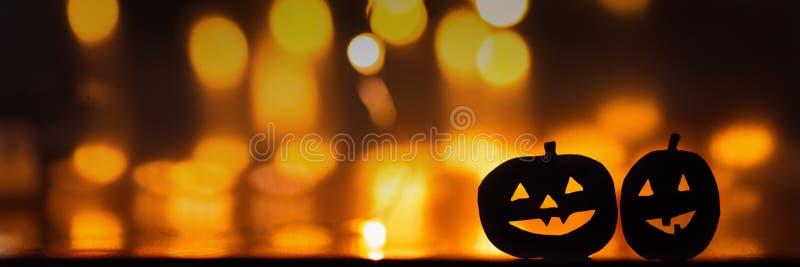 Calabazas de Halloween en el fondo del bokeh de las luces anaranjadas Copie el spase imagenes de archivo