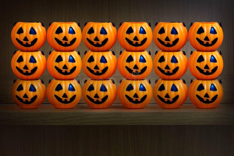 Calabazas de Halloween en estante de madera fotos de archivo libres de regalías