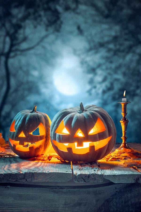 Calabazas de Halloween en fondo azul fotografía de archivo libre de regalías