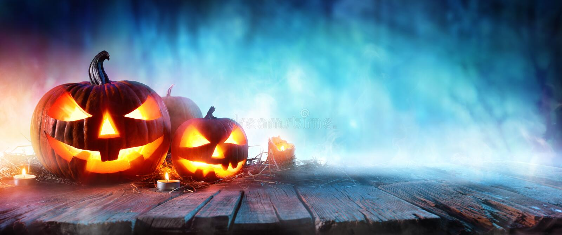 Calabazas de Halloween en la madera en un bosque fantasmagórico imágenes de archivo libres de regalías