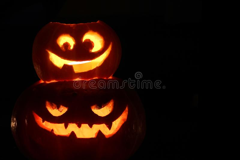 Calabazas de Halloween en negro foto de archivo