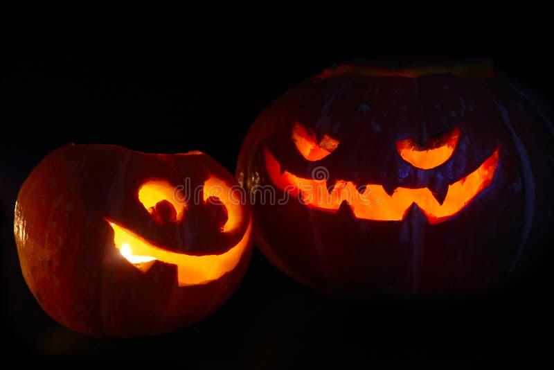 Calabazas de Halloween en negro imagen de archivo libre de regalías