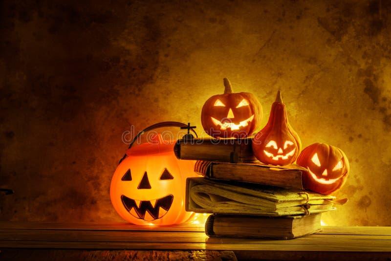 Calabazas de Halloween de la noche fantasmagóricas en de madera fotos de archivo