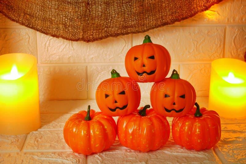Calabazas de la decoración de Halloween en fondo de la pared imagenes de archivo