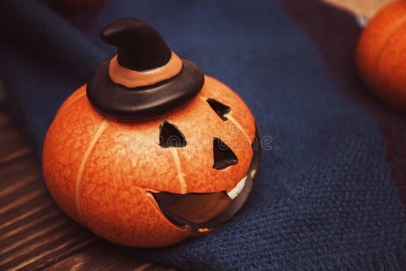Calabazas de risa para Halloween en un símbolo combinado acogedor caliente de Halloween imagen de archivo