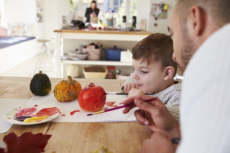 Calabazas de And Son Decorating Halloween del padre en casa imagen de archivo
