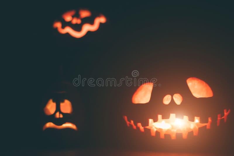 Calabazas del fantasma en Halloween ead Jack en fondo oscuro Decoraciones interiores del día de fiesta fotos de archivo