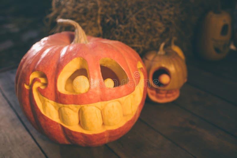 Calabazas del fantasma en Halloween ead Jack en un fondo del otoño Decoraciones al aire libre del día de fiesta foto de archivo libre de regalías
