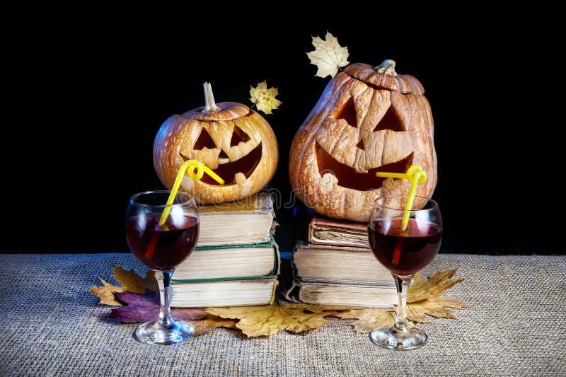 Calabazas divertidas de Halloween que beben el vino fotos de archivo