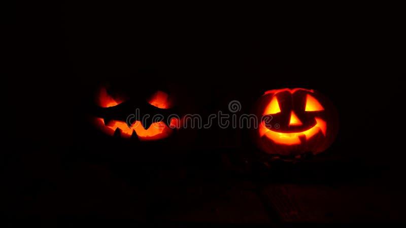 Calabazas espeluznantes de Halloween en la oscuridad imagen de archivo libre de regalías