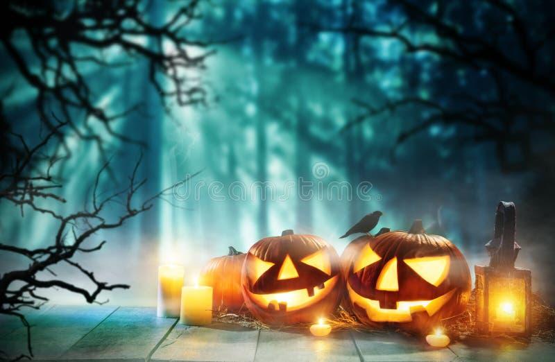 Calabazas fantasmagóricas de Halloween en tablones de madera ilustración del vector