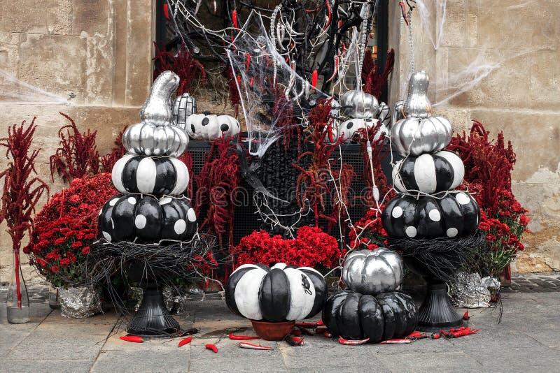 Calabazas pintadas y flores rojas, decoraciones de Halloween foto de archivo