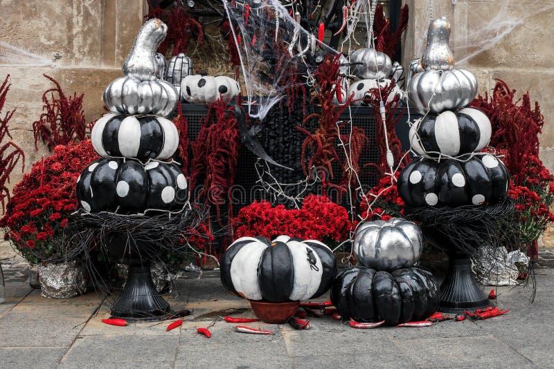 Calabazas pintadas y flores rojas, decoraciones de Halloween fotos de archivo libres de regalías