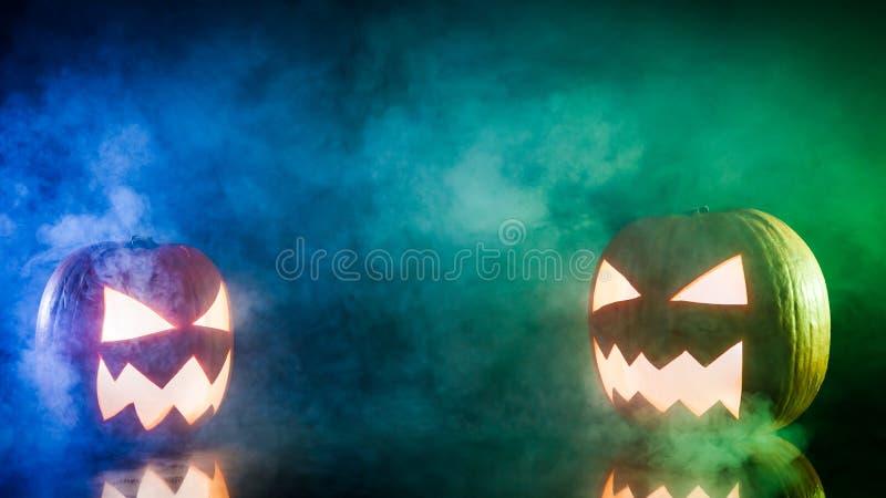 Calabazas que fuman para Halloween con el espacio de la copia foto de archivo libre de regalías