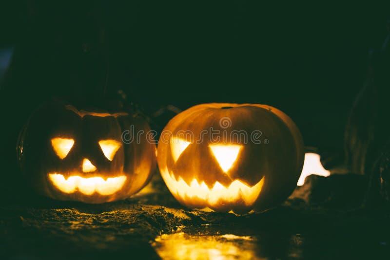 Calabazas tradicionales felices y espeluznantes de la Jack-o-linterna de Halloween imagen de archivo libre de regalías
