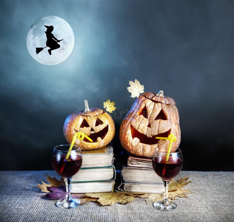 Calabazas y bruja de Halloween imagenes de archivo