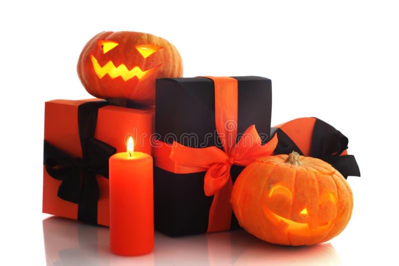 Calabazas y regalos de Halloween imagen de archivo