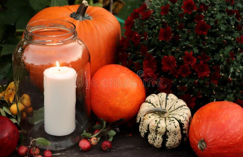 Calabazas y velas decorativas de Halloween Concepto del otoño fotografía de archivo